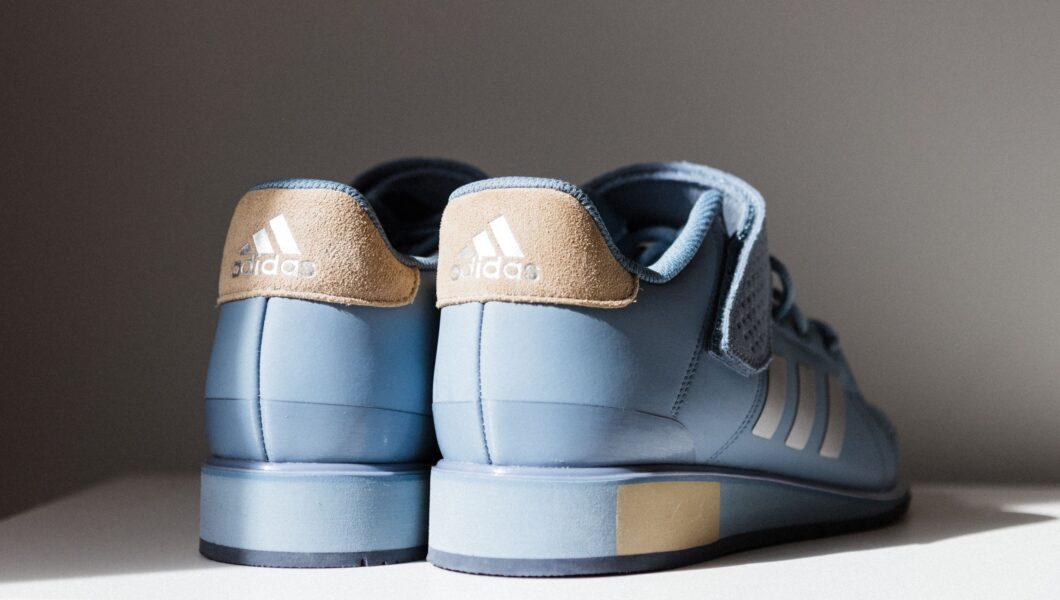 buty - niebieskie adidasy stoją tyłem);